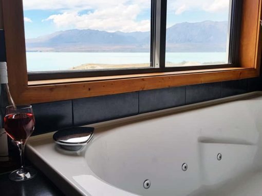 Isolation Bay ensuite bathroom with a view of Lake Tekapo over the bathtub.